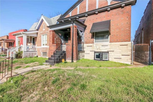 Porch yard featured at 3619 N Taylor Ave, Saint Louis, MO 63115