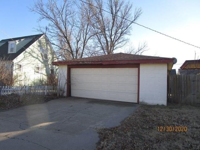 Garage featured at 804 S Grand Ave, Lyons, KS 67554