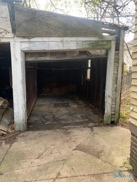 Garage featured at 519 Nottingham Ter, Toledo, OH 43610