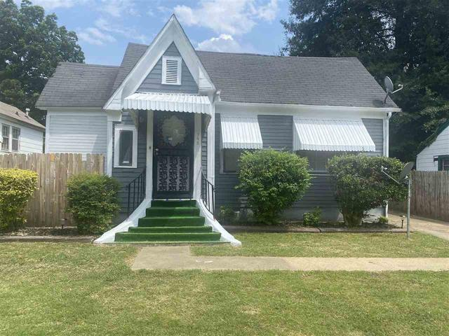 Porch yard featured at 748 N Hollywood St, Memphis, TN 38112