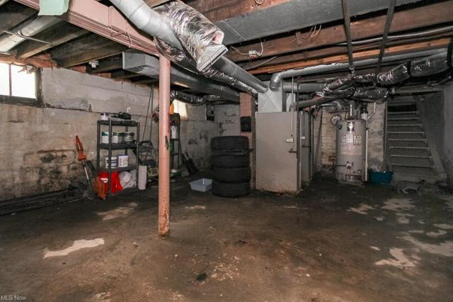 Garage featured at 321 W 8th St, Lorain, OH 44052