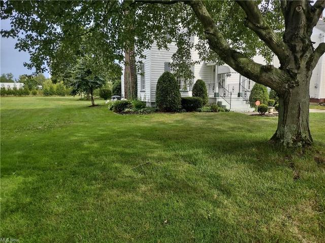 Yard featured at 27 W 4th St, Newton Falls, OH 44444