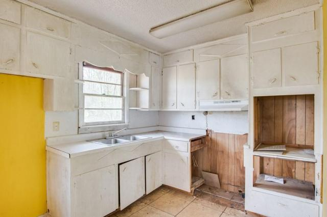 Kitchen featured at 6490 Old Lee Hwy, Cherokee, AL 35616