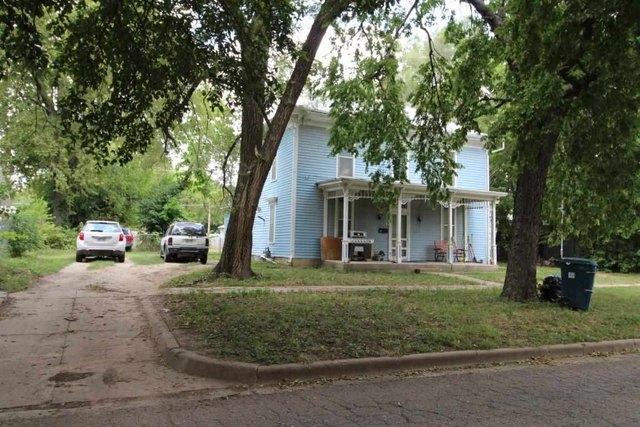 Yard featured at 217 NE 4th St, Abilene, KS 67410