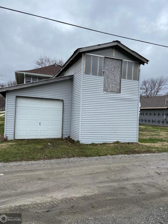 Garage featured at 407 E Maple St, Red Oak, IA 51566