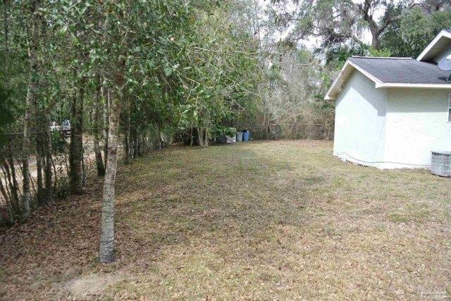 Yard featured at 5714 Sunbeam St, Milton, FL 32570