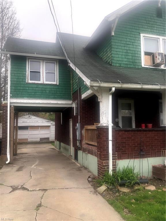 Porch featured at 1000 Hollywood St NE, Warren, OH 44483