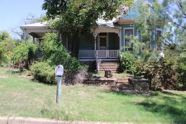 Porch yard featured at 208 N 11th St, Ballinger, TX 76821