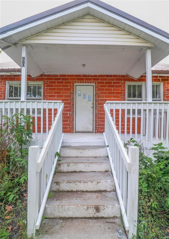 Porch featured at 606 W School St, Crocker, MO 65452