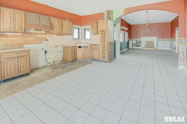 Kitchen featured at 22103 W Peoria Galesburg Trl, Elmwood, IL 61529