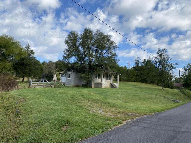 Yard featured at 3272 Willow Tree Rd, Ewing, VA 24248