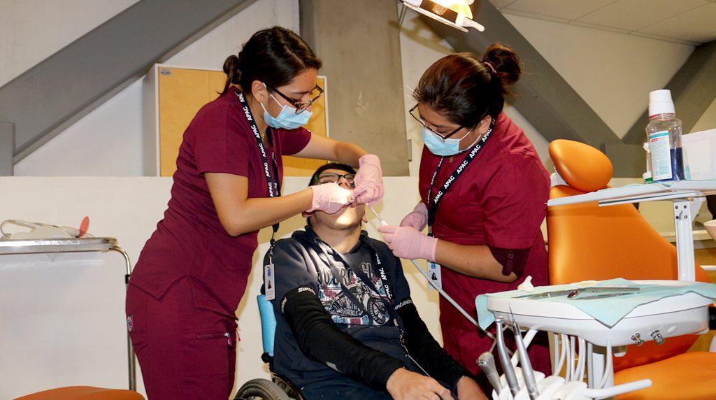 Beneficiario recibe servicios de estomatologia
