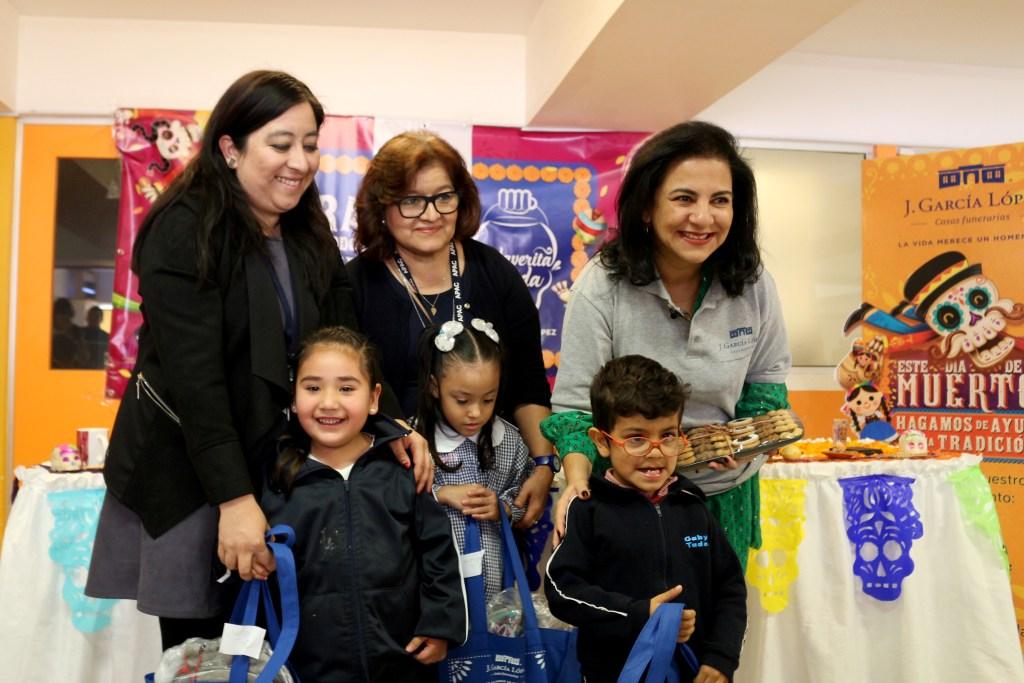 Guadalupe Maldonado, general director of APAC, Julia Castro, Formal Education director, and Guadalupe García, president of J. García López Foundation, alongside three of APAC's beneficiaries.