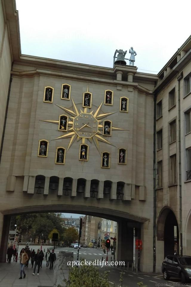 Brussels - The Sticky Mechanical Clock, Opposite Square Brussels