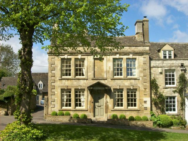 Visiting The 21 Prettiest Towns And Villages In The Cotswolds - Burford High Street