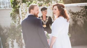 Kameralny ślub w plenerze - ślub i wesele w Sopocie, na styku kurortu z samym Gdańskiem, kilkadziesiąt metrów od plaży w Gdańsku Brzeźnie