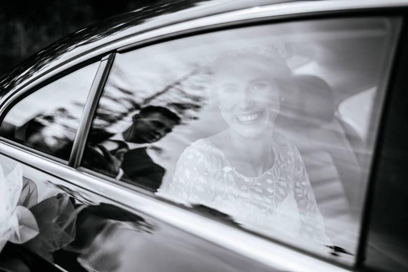 Zdjecie wykonane w Gdyni. Panna Młoda czeka w aucie, podczas gdy Pan Młody czeka na nią na zewnątrz. Zdjecie wykonane między przygotowaniami do ślubu a samą ceremonią kościelną.