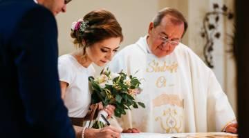 Zdjecie wykonane w czasie ślubu konkordatowego, w czasie podpisywania dokumentów przez Pannę Młodą.