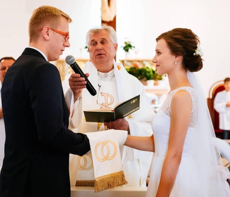Przebieg ślubu kościelnego - Zdjęcie wykonane w trakcie składania przysięgi ślubnej, w trakcie konkordatowego ślubu kościelnego. Dużym wyzwaniem dla nas jako fotografów ślubnych było uchwycenie sceny bez zarejestrowania kamerzystów.