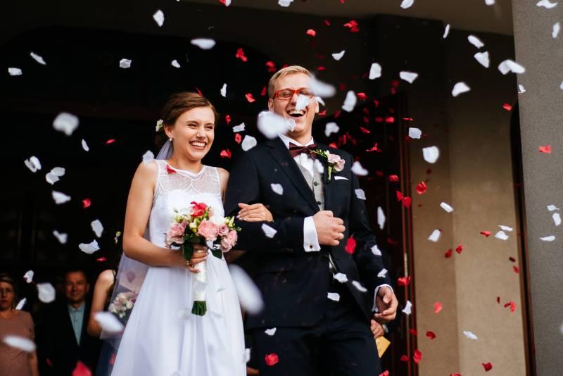 Przebieg ślubu kościelnego - Huczne wyjście z kościoła z użyciem konfetti. Para Młoda zazwyczaj zostaje zaskakiwana obsypaniem ryżem i pieniędzmy, a także konfetti, balonami lub bańkami mydlanymi. Sporadycznie zdarzają się także wypuszczane z klatek żywe motyle lub gołębie.