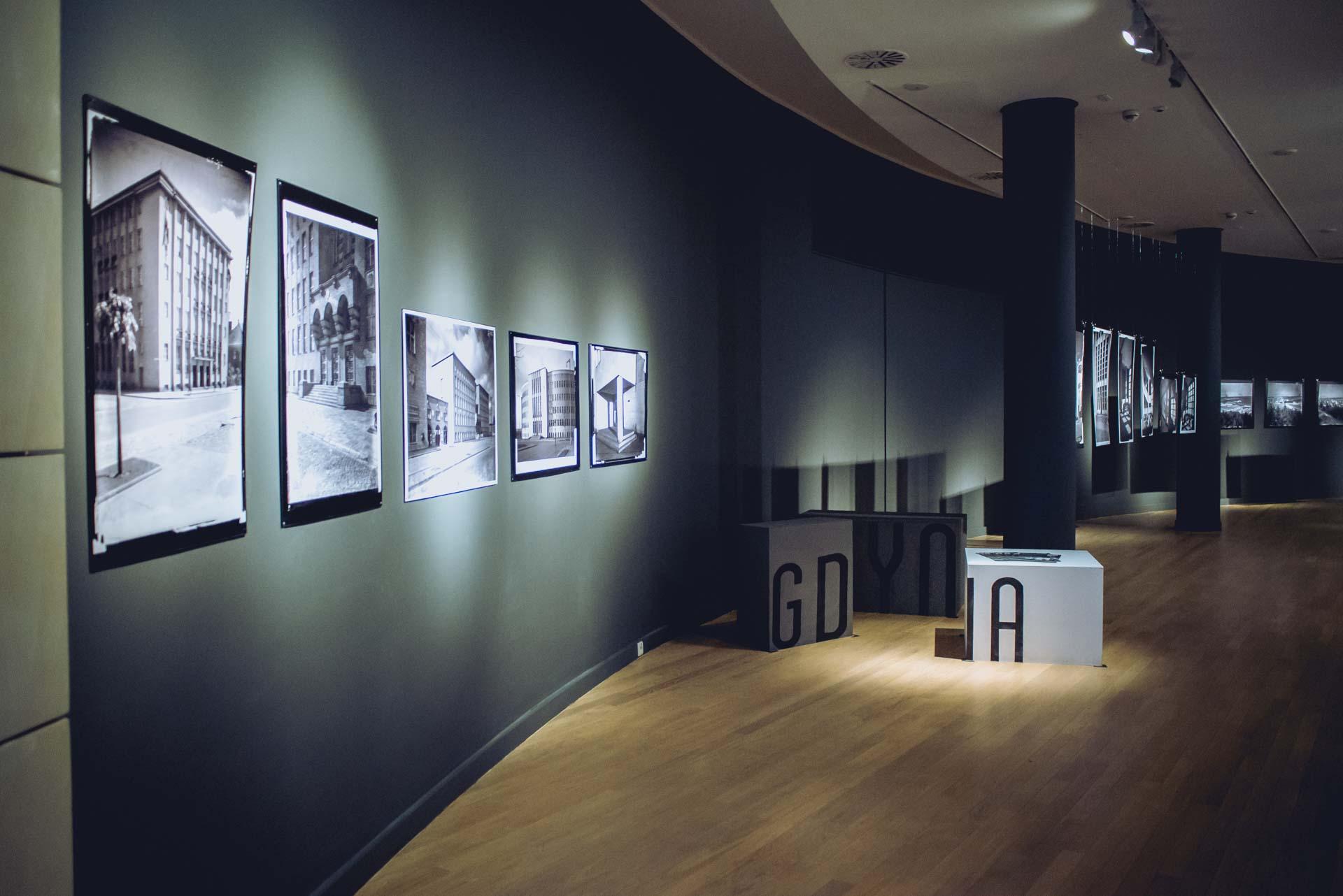 zdjęcia wykonane w Muzemum Miasta Gdyni, dokumentujące oprowadzanie kuratorskie