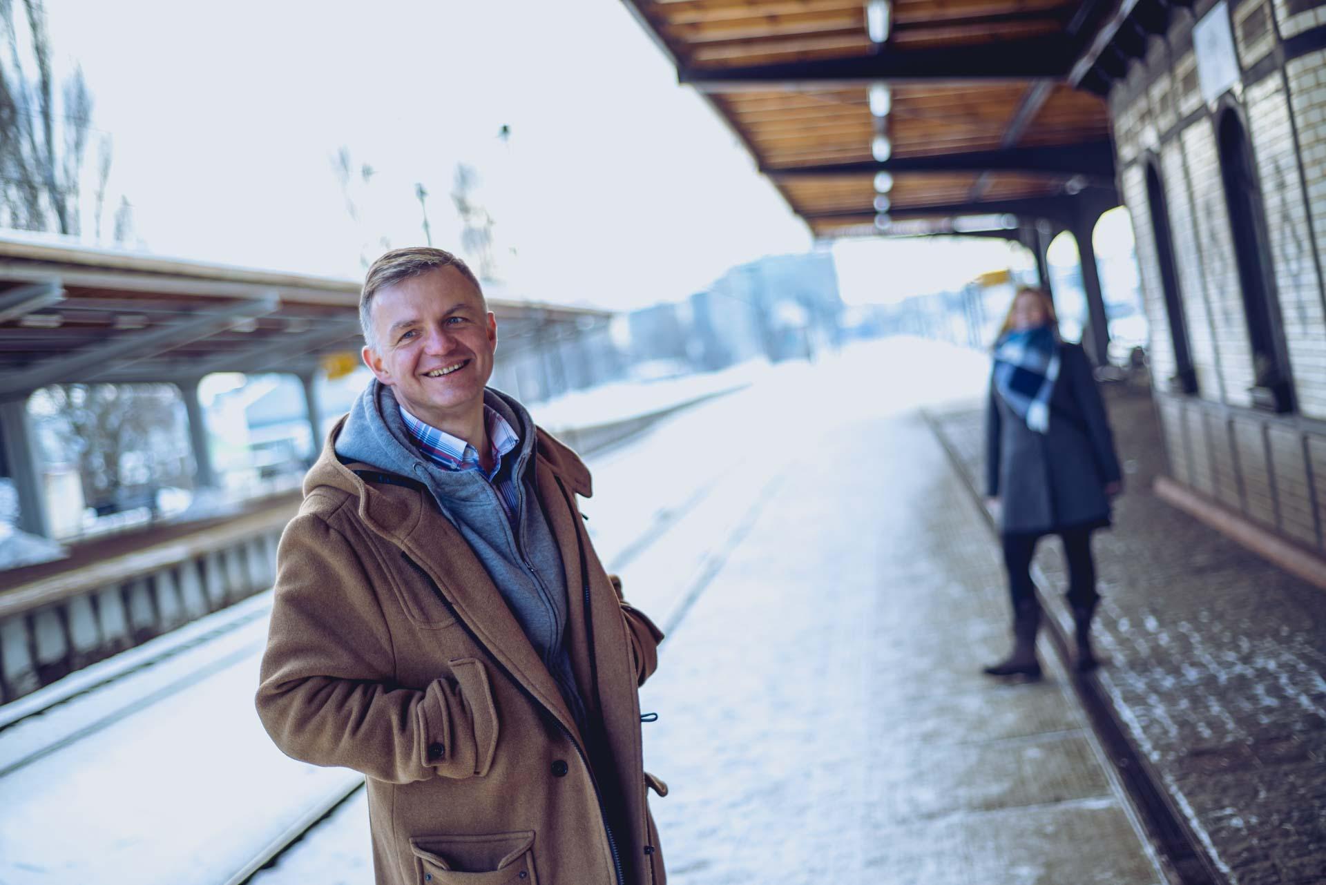 Fotografia portretowa - sesja wizerunkowa zrealizowana dla podcastu Stacja Zmiana - zdjęcia wykonane zimą w plenerze, w różnych lokalizacjach Gdańska
