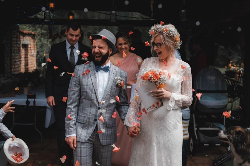 Przebieg ślubu cywilnego w plenerze - symboliczne wyjście w płatkach kwiatów :)