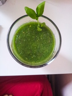 Suco verde de maçã, couve, hortelã e chia.