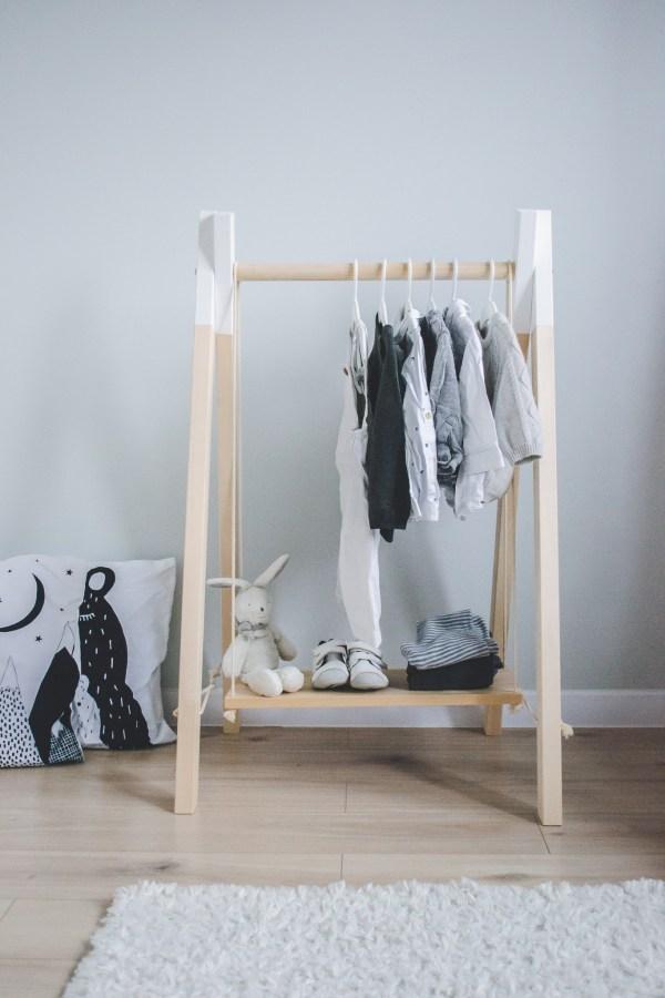 дървена стойка за дрехи