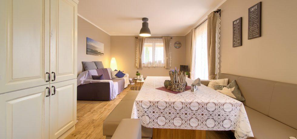 Offener Wohnraum mit Küche und Ess-/Sitzecke