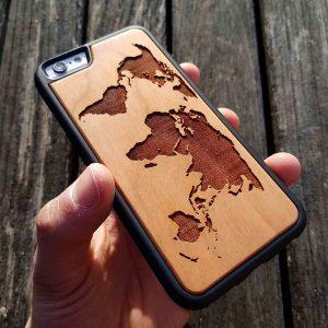 coque en bois iphone gravure carte du monde apdran