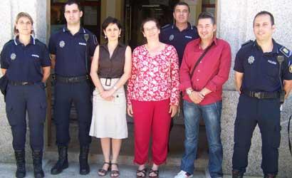 Os novos axentes xunto á alcaldesa e á concelleira de Seguridade.