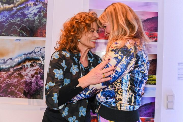 Gabrielle Scharnitzky und Nanna Kuckuck (Designerin) Vernissage der Ausstellung von NANNA KUCKUCK - Photography and Textile Landscape, Hotel Ellington, Berlin, 06.03.2020 Foto: Eva Oertwig / SCHROEWIG