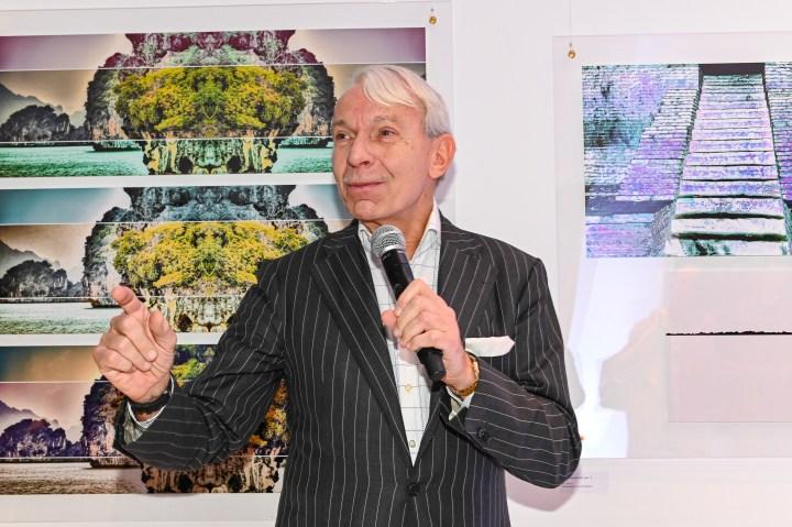 Rede von Prof. Jo Groebel Vernissage der Ausstellung von NANNA KUCKUCK - Photography and Textile Landscape, Hotel Ellington, Berlin, 06.03.2020 Foto: Eva Oertwig / SCHROEWIG