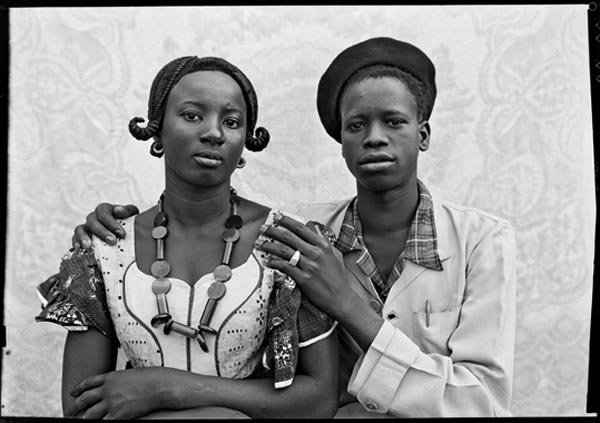 Seydou Keïta, Sans titre, 1949 © Seydou Keïta / SKPEAC. Courtesy CAAC, The Pigozzi Collection, Genève