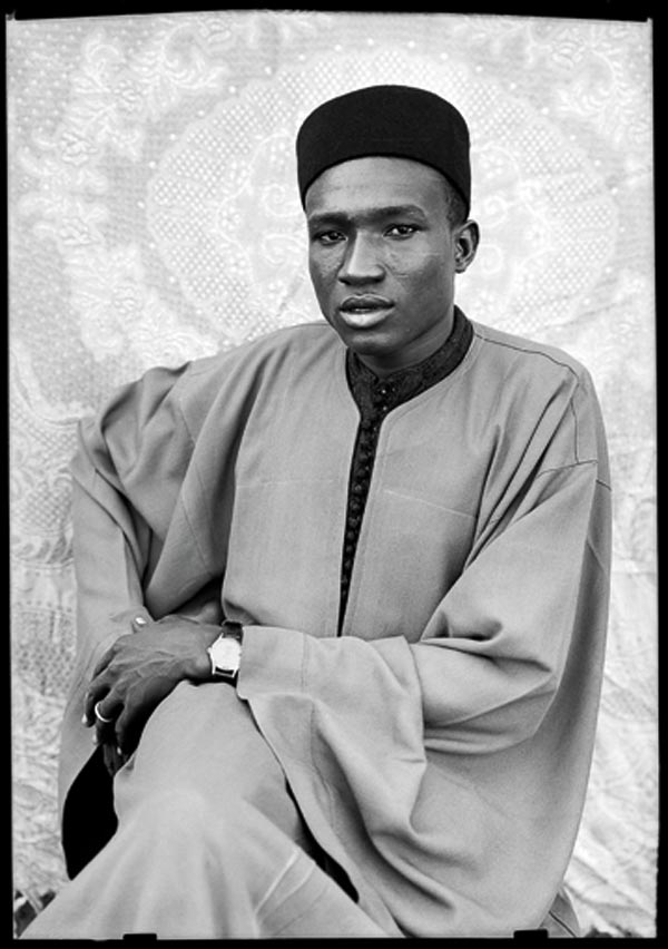 Seydou Keïta, Sans titre, 1949-1951. © Seydou Keïta / SKPEAC. Courtesy CAAC, The Pigozzi Collection, Genève