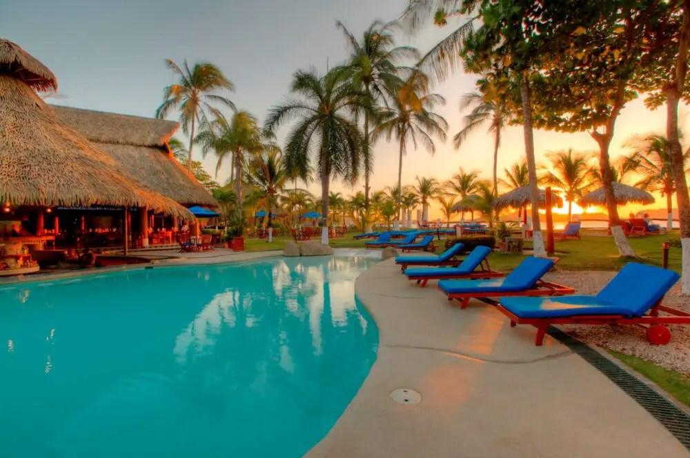 https://i2.wp.com/apetitoenlinea.com/wp-content/uploads/2020/07/Bahía-del-Sol-piscina-act-scaled-e1594152975694.jpg?resize=1000%2C664&ssl=1
