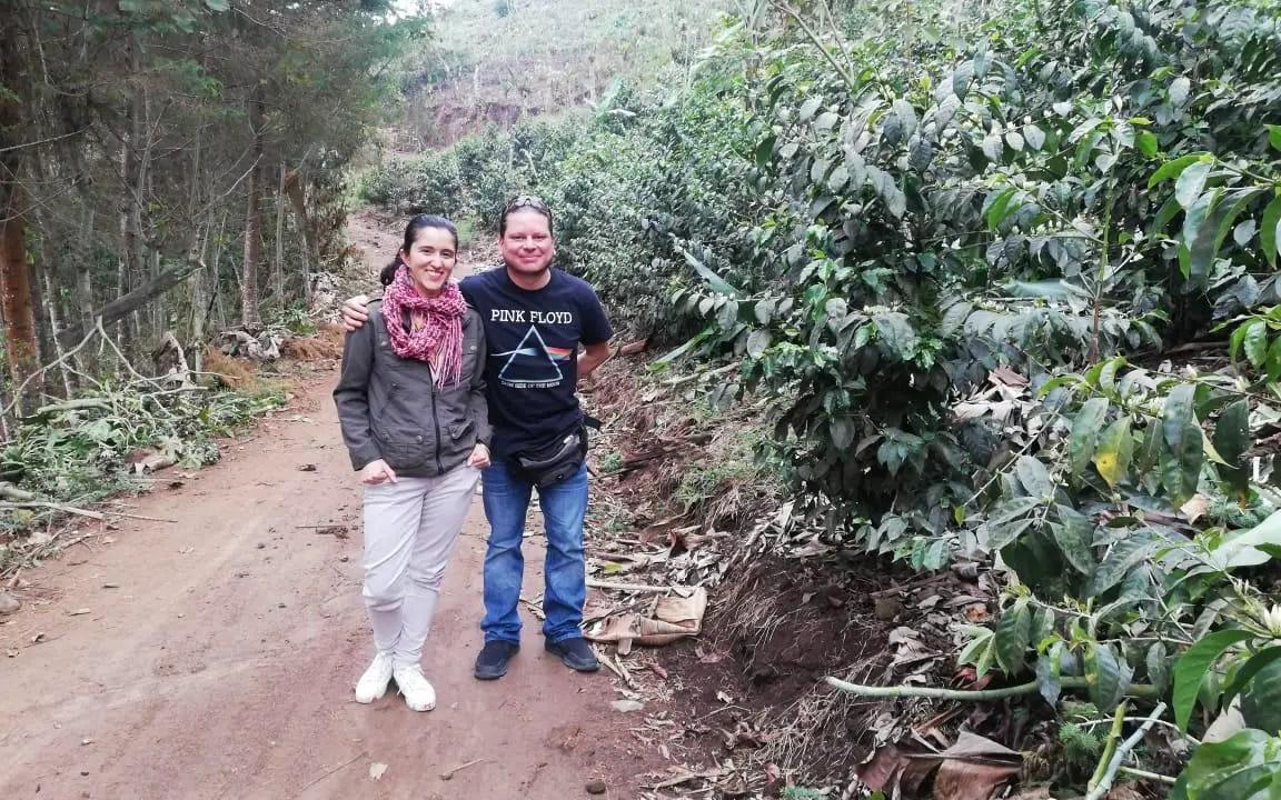 https://i2.wp.com/apetitoenlinea.com/wp-content/uploads/2020/08/Marta-Aguilar-y-Victor-Quirós-visitando-una-finca-de-café.jpeg?resize=1152%2C720&ssl=1