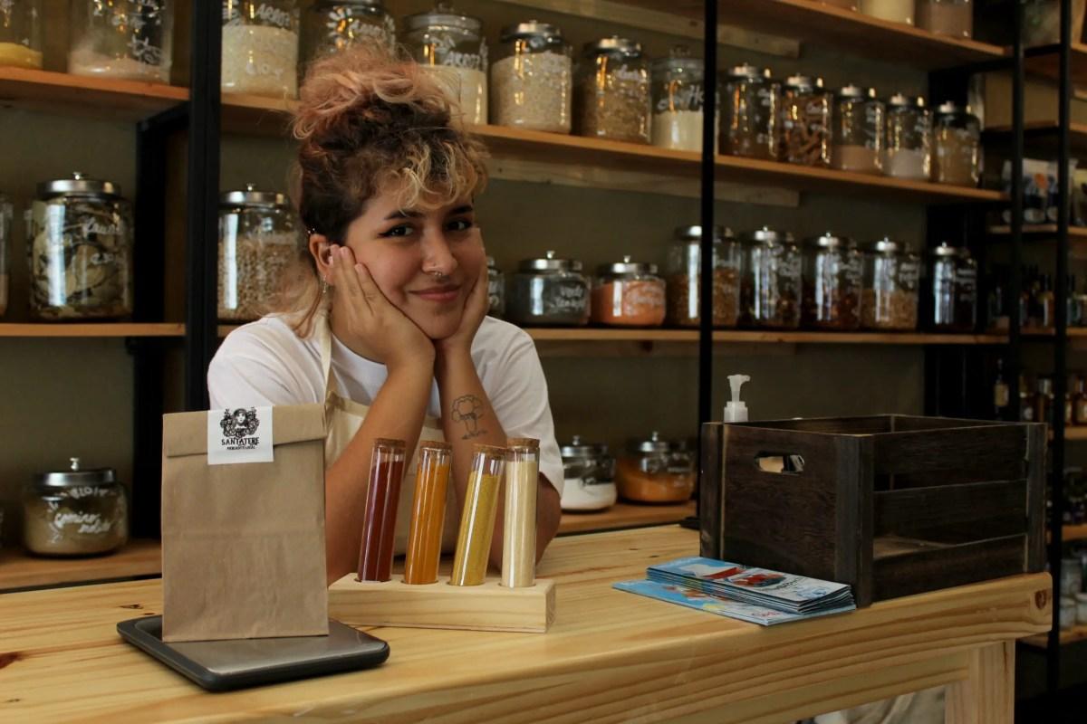 Joven de 19 años abre local a granel en Barrio Escalante