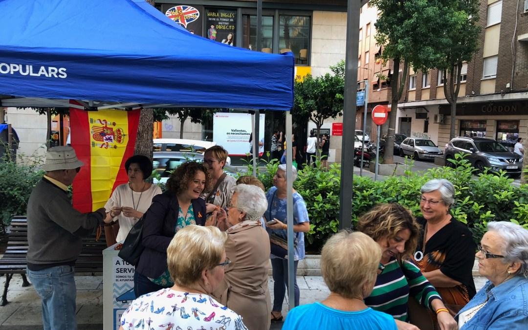 El PP de Torrent reparte pulseras con la bandera de España por el día de la Fiesta Nacional