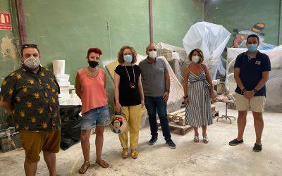 Folgado visita el taller de la artista fallera Gio y pide que se pongan ya en marcha las ayudas al sector