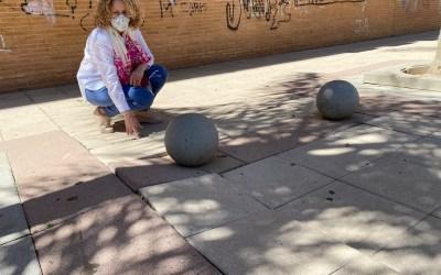Folgado visita la Pl. Pintor Miró y pide mantenimiento para evitar caídas debido al mal estado de las baldosas