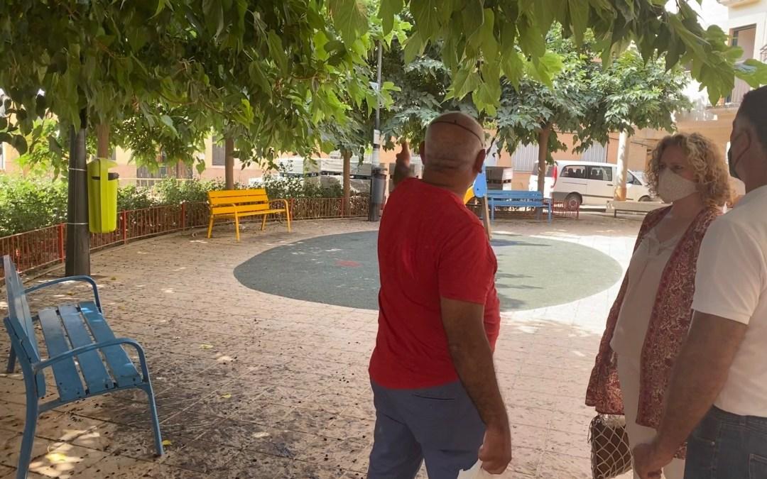 Abandono y dejadez municipal en la plaza de la calle Santa Lucía