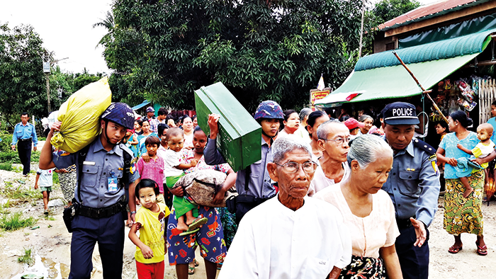 Community members evacuating due to a riverine flood in Toungoo township in Myanmar during ADPC's emergency simulation.