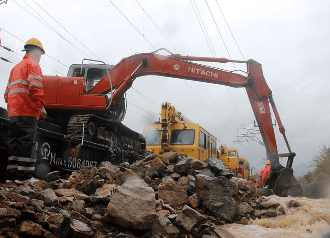 Rescue workers try to recover a railway line affected by Typhoon Megi, in Fuzhou, Fujian province, China, September 28, 2016. REUTERS/Stringer ATTENTION EDITORS - THIS IMAGE WAS PROVIDED BY A THIRD PARTY. EDITORIAL USE ONLY. CHINA OUT. NO COMMERCIAL OR EDITORIAL SALES IN CHINA.