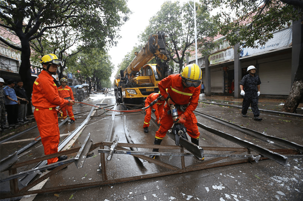 Rescue workers try to remove steel bars from a street as Typhoon Megi hits Xiamen, Fujian province, China, September 28, 2016. REUTERS/Stringer ATTENTION EDITORS - THIS IMAGE WAS PROVIDED BY A THIRD PARTY. EDITORIAL USE ONLY. CHINA OUT. NO COMMERCIAL OR EDITORIAL SALES IN CHINA.