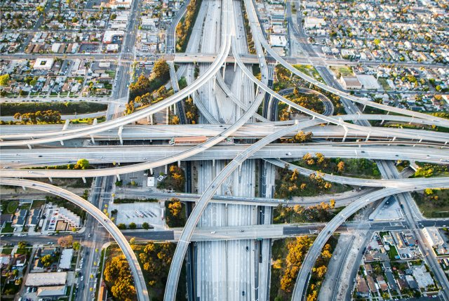 Uno de los intercambios de carreteras más concurridos de Los Ángeles estuvo casi vacío durante la hora pico del 24 de abril.