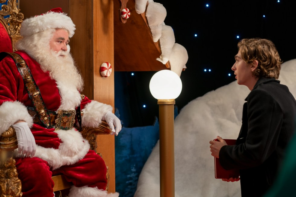 DASH AND LILY (L to R) WILLIAM HILL as SANTA and AUSTIN ABRAMS as DASH in episode 102 of DASH AND LILY Cr. ALISON COHEN ROSA/NETFLIX © 2020