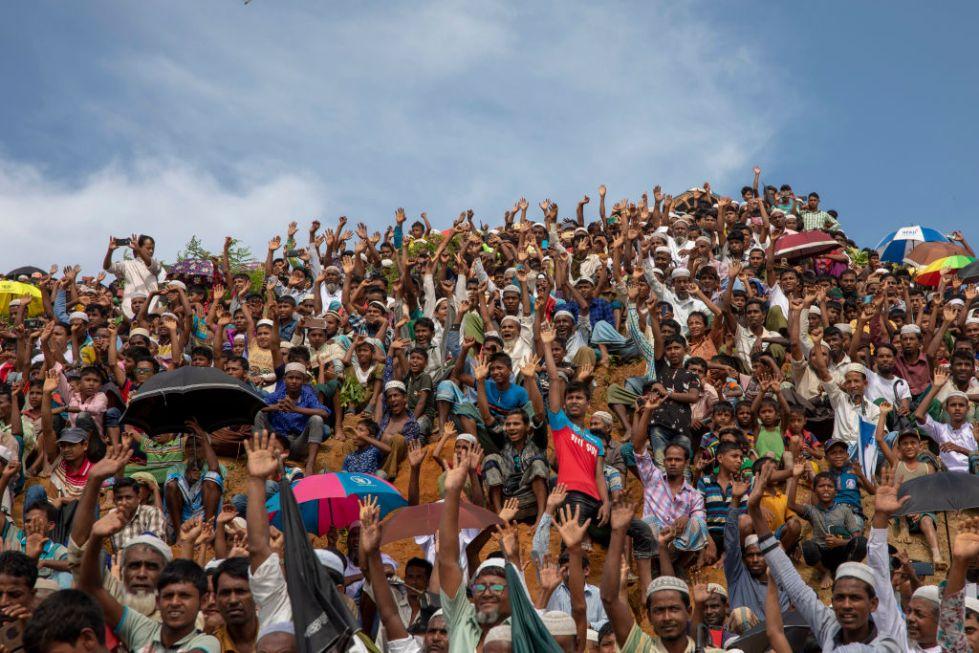Rohingya Muslims waiting on the hill in kutupalong refugee