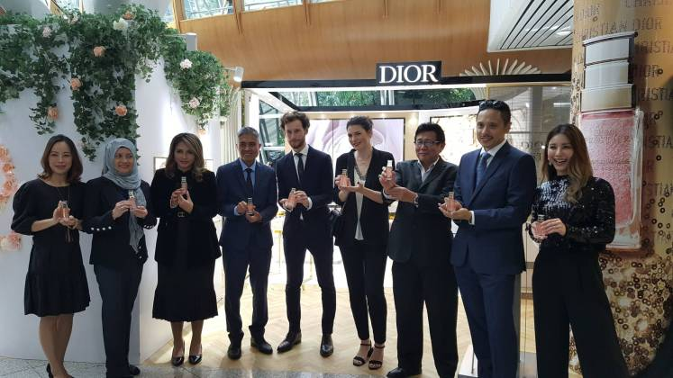 (Fourth from left) Nazli Aziz, senior GM of Commercial Services at MAHB, and Gregoire Walter (fifth from left), Parfums Christian Dior, Travel Retail South-East Asia area manager at the recent media briefing of the Dior Prestige pop-up boutique at KLIA. - Sandra Low